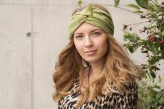 Meisje met groene sjaal Stock Fotografie