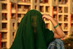 Meisje met groene sluier   stock afbeelding
