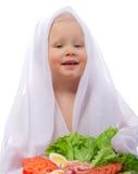 Meisje met groenten en garnalen Stock Foto's