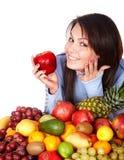 Meisje met groep fruit en groenten. Stock Foto