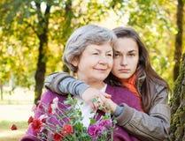 Meisje met grootmoeder royalty-vrije stock foto