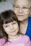 Meisje met grootmoeder Royalty-vrije Stock Foto's