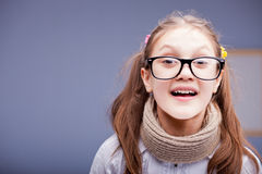 Meisje met grote glazen wordt verrast dat royalty-vrije stock foto