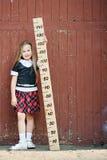 Meisje met grote heerser royalty-vrije stock fotografie