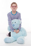 Meisje met grote teddybeer Royalty-vrije Stock Afbeelding