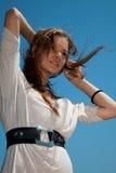 Meisje met haar dat in de wind fladdert Stock Foto