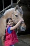 Meisje met haar favoriet paard stock foto