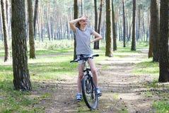 Meisje met haar fiets in het bos stock afbeeldingen