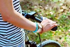 Meisje met haar fiets in het bos royalty-vrije stock foto's