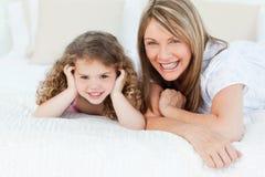 Meisje met haar grootmoeder royalty-vrije stock afbeelding