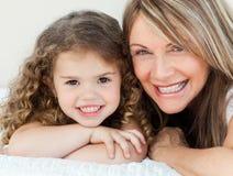 Meisje met haar grootmoeder royalty-vrije stock afbeeldingen
