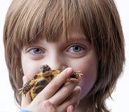 Meisje met haar huisdier - schildpad Royalty-vrije Stock Foto