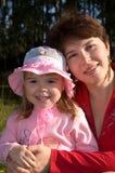 Meisje met haar moeder Stock Afbeeldingen