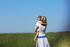 Meisje met haar moeder Stock Foto