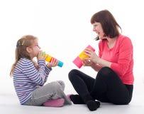 Meisje met haar moeder Stock Foto's
