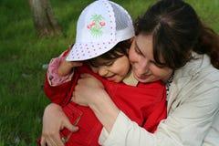 Meisje met haar moeder stock afbeelding