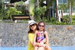 Meisje met haar moeder buiten zwembad die van summerwi genieten royalty-vrije stock afbeeldingen