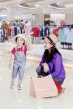 Meisje met haar moeder in de wandelgalerij Stock Foto