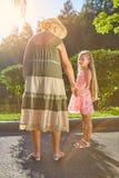 Meisje met haar oma in openlucht Stock Foto's