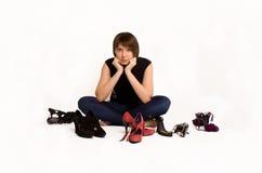 Meisje met haar schoenen, witte achtergrond.   Royalty-vrije Stock Afbeeldingen