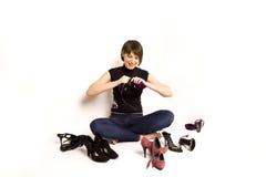 Meisje met haar schoenen, witte achtergrond Stock Fotografie
