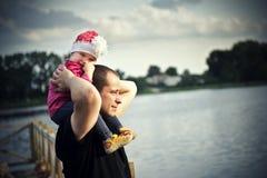Meisje met haar vader Stock Foto's