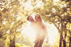Meisje met haar vader die buiten spelen Stock Fotografie