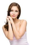 Meisje met haarlokken wat betreft haar gezicht royalty-vrije stock afbeelding