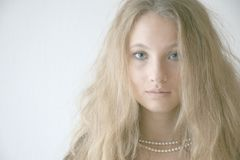 Meisje met halsband royalty vrije stock fotografie - Bed grijze volwassen ...