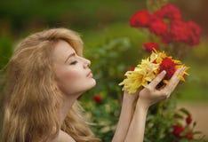 Meisje met in hand bloemen Stock Foto's