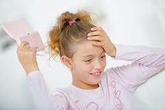 Meisje met hand - gehouden spelenconsole stock afbeeldingen