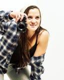 Meisje met hand op kniesteunen om een foto te nemen Stock Foto's