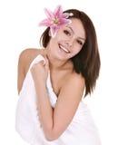 Meisje met handdoek en bloem in beautician spa. royalty-vrije stock afbeeldingen