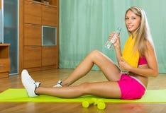 Meisje met handdoek en fles water Stock Afbeeldingen