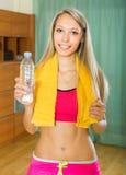 Meisje met handdoek en fles water Royalty-vrije Stock Afbeeldingen