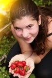 Meisje met handvol rijpe aardbeien royalty-vrije stock afbeelding