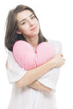 Meisje met hart van het valentijnskaart het roze hoofdkussen Stock Afbeeldingen
