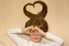 Meisje met harten van haar handen en haar stock afbeelding
