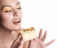 Meisje met heerlijke oranje praline stock foto