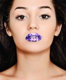 Meisje met heldere blauwe lippen Stock Fotografie