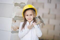 Meisje met helm die bij de bouw werken Royalty-vrije Stock Afbeelding