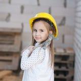 Meisje met helm die bij de bouw werken Stock Foto's