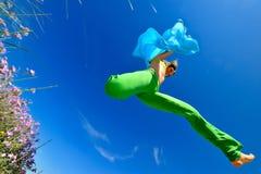 Meisje met het blauwe zijdesjaal springen Royalty-vrije Stock Fotografie