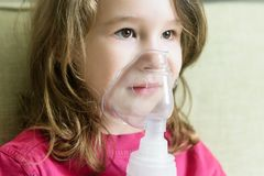 Meisje met het close-up van het inhaleertoestelmasker stock foto's