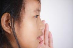 Meisje met het fluisteren gebaar stock fotografie