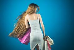 Meisje met het lange huidige pak van de haargreep, cyber Maandag royalty-vrije stock fotografie