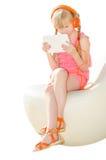 Meisje met het letten op van tabletpc video in hoofdtelefoons i stock afbeelding