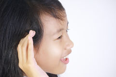 Meisje met het luisteren gebaar stock afbeelding