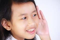 Meisje met het luisteren gebaar royalty-vrije stock fotografie
