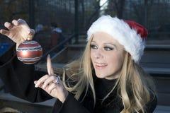 Meisje met het ornament van Kerstmis stock foto's